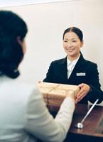 接客するコンシェルジュの女性 22600003018| 写真素材・ストックフォト・画像・イラスト素材|アマナイメージズ