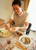 食事をする男性 22600003098| 写真素材・ストックフォト・画像・イラスト素材|アマナイメージズ