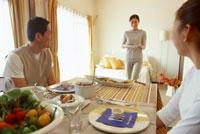 食事をする家族 22600003102| 写真素材・ストックフォト・画像・イラスト素材|アマナイメージズ