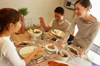 食事をする家族 22600003103| 写真素材・ストックフォト・画像・イラスト素材|アマナイメージズ