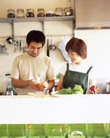 料理をする男女 22600003357| 写真素材・ストックフォト・画像・イラスト素材|アマナイメージズ