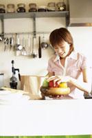 キッチンの女性 22600003361| 写真素材・ストックフォト・画像・イラスト素材|アマナイメージズ