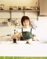 料理をする女性 22600003362| 写真素材・ストックフォト・画像・イラスト素材|アマナイメージズ