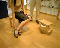 ショッピングをする女性 22600003378| 写真素材・ストックフォト・画像・イラスト素材|アマナイメージズ