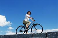 自転車に乗る女性 22600003663  写真素材・ストックフォト・画像・イラスト素材 アマナイメージズ