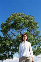 屋外の女性 22600003670| 写真素材・ストックフォト・画像・イラスト素材|アマナイメージズ