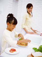 料理をする母と子 22600003933| 写真素材・ストックフォト・画像・イラスト素材|アマナイメージズ