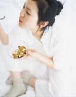 食事をする女性 22600003945| 写真素材・ストックフォト・画像・イラスト素材|アマナイメージズ