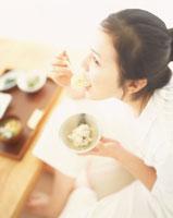 食事をする女性 22600003954| 写真素材・ストックフォト・画像・イラスト素材|アマナイメージズ