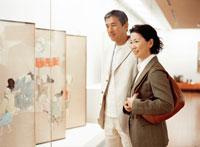 美術館のミドルカップル 22600004013  写真素材・ストックフォト・画像・イラスト素材 アマナイメージズ