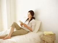 リラックスする女性 22600004127  写真素材・ストックフォト・画像・イラスト素材 アマナイメージズ