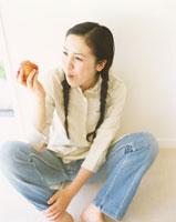 女性と果物