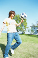 ボール遊びする男性 琵琶湖