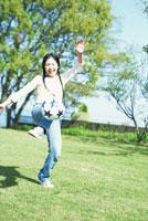 ボール遊びする女性 琵琶湖