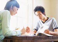 勉強するカップル