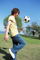 ボールで遊ぶ男性 琵琶湖