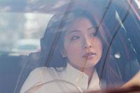 車のフロントガラスごしの女性