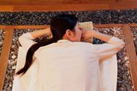 岩盤浴でリラックスする女性