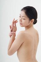 背中を見せている日本人女性