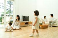 窓を振りかえる子供と30代家族5人 22600004844| 写真素材・ストックフォト・画像・イラスト素材|アマナイメージズ