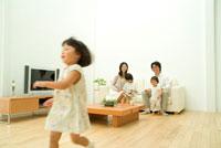 リビングを駆ける子供と30代家族5人 22600004845| 写真素材・ストックフォト・画像・イラスト素材|アマナイメージズ