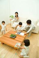 パズルや雑誌を楽しむ子供と30代家族5人
