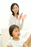 母親の手拍子に乗る女の子 22600004851| 写真素材・ストックフォト・画像・イラスト素材|アマナイメージズ