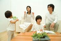 手拍子をする女の子と30代家族4人