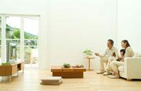 孫とテレビを観ようとするミドルカップル 22600004875| 写真素材・ストックフォト・画像・イラスト素材|アマナイメージズ