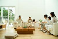 父親に駆け寄る女の子と3世代家族6人 22600004884| 写真素材・ストックフォト・画像・イラスト素材|アマナイメージズ