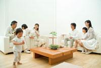 祖父のソファに上る女の子と3世代家族7人 22600004889| 写真素材・ストックフォト・画像・イラスト素材|アマナイメージズ