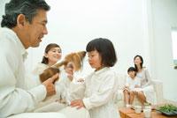祖父とペットで遊ぶ女の子と3世代家族5人 22600004890| 写真素材・ストックフォト・画像・イラスト素材|アマナイメージズ