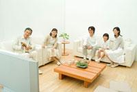 リビングでテレビを観る3世代家族5人 22600004891| 写真素材・ストックフォト・画像・イラスト素材|アマナイメージズ