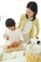 トマトを輪切りにする母と娘