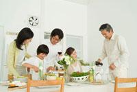 ワインを注ぐ祖父と食卓を囲む3世代家族5人 22600004914| 写真素材・ストックフォト・画像・イラスト素材|アマナイメージズ