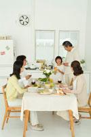 食卓を囲んで孫と談笑する3世代家族5人