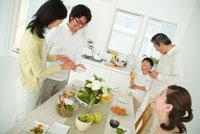 食卓を囲んで談笑する3世代家族5人 22600004923| 写真素材・ストックフォト・画像・イラスト素材|アマナイメージズ