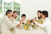 ワインを手に食卓で談笑する3世代家族5人