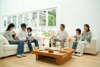 リビングで食卓を囲む3世代家族7人 22600004931| 写真素材・ストックフォト・画像・イラスト素材|アマナイメージズ