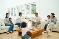 ワインを注ぎ居間でくつろぐ3世代家族7人