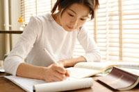 語学を勉強する20代女性