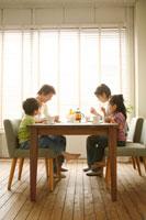 ティータイムを楽しむ家族4人
