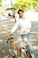 自転車を押す20代女性