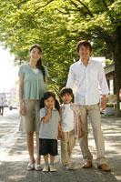 新緑の前で微笑む4人家族のポートレート 22600005022| 写真素材・ストックフォト・画像・イラスト素材|アマナイメージズ