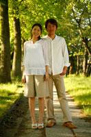 新緑の中で佇むカップル