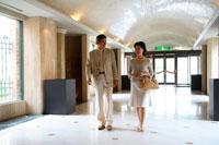 ホテルのロビーを歩くミドルカップル