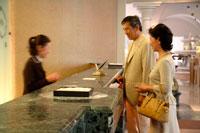 ホテルにチェックインするミドルカップル