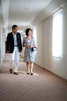 客室へ向かって歩くミドルカップル