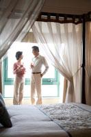 天蓋ベッドの部屋で乾杯するミドルカップル 22600005115| 写真素材・ストックフォト・画像・イラスト素材|アマナイメージズ