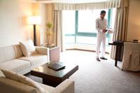客室の書類を見るミドル男性 22600005119  写真素材・ストックフォト・画像・イラスト素材 アマナイメージズ